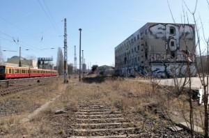 Rechts Partyzone, Abenteuerspielplatz und Obdachlosendomizil, links Bahnverkehr - dazwischen: nichts.