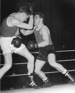 Inoffizielle gesamtdeutsche Boxmeisterschaften 1955: Weltergewichtler  Gieserick (Empor) gegen Rienhard (Neckarsulm) Foto: Funk/Zentralbild